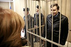 Grigori in tribunale dietro le sbarre.
